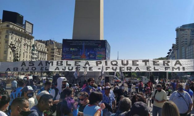 Organizaciones sociales llevan a cabo una asamblea masiva en el Obelisco