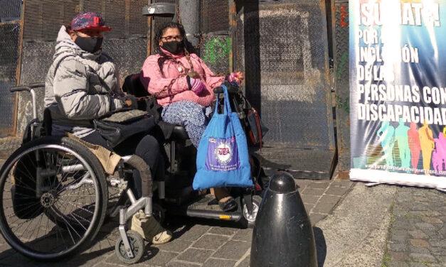 Microdepartamentos: personas en sillas de ruedas protestan en la Legislatura porteña