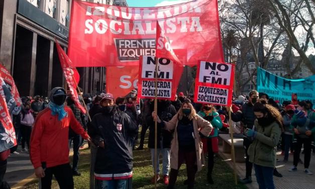 """Movilización bajo la consigna """"Fuera el FMI de Argentina"""""""