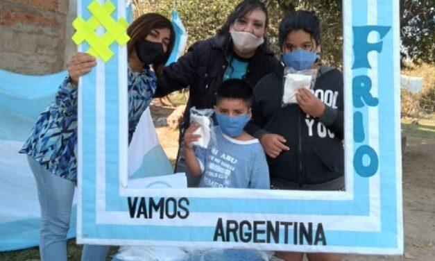 Realizan jornada solidaria contra el frío en el Obelisco