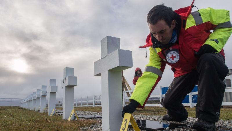 Investigadores exhuman restos en el cementerio Darwin