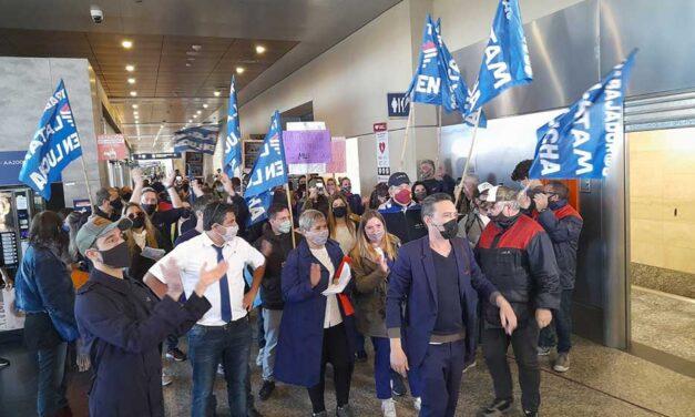 Movilización en Aeroparque: ex empleades de LATAM reclaman volver al trabajo