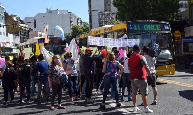 Doble protesta en Once: comerciantes y manteres se manifestaron con diferentes reclamos